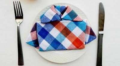 Dobleces de servilletas en camisa